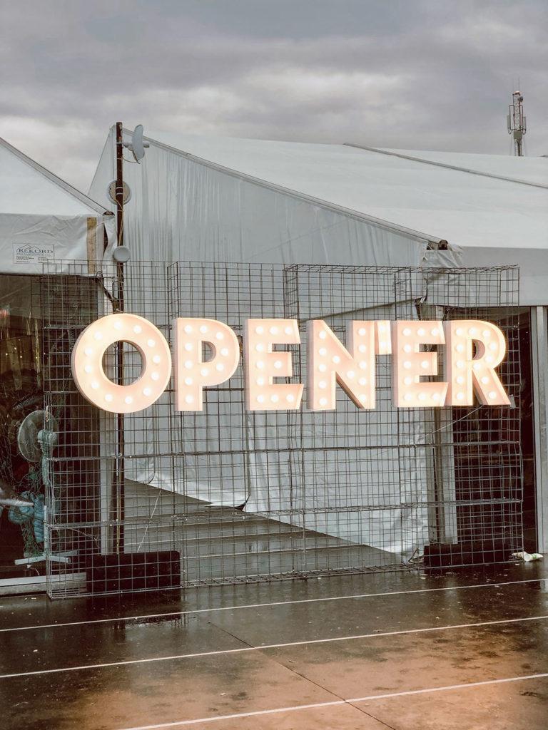 Open'er 2019 miasteczko festiwalowe neonowy napis
