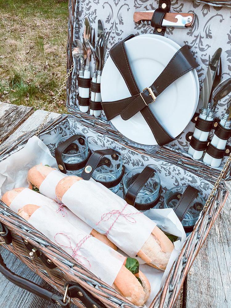 Bagietki w koszu piknikowym