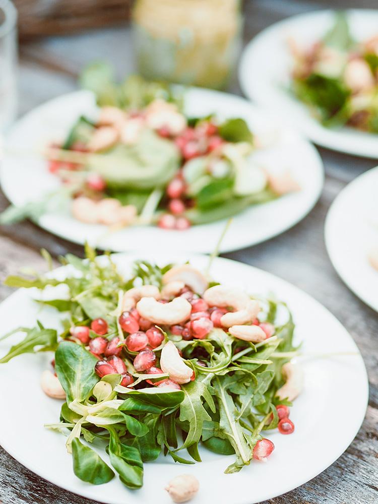 Zielona sałatka z granatem, orzechami nerkowca i pietruszkowym dressingiem