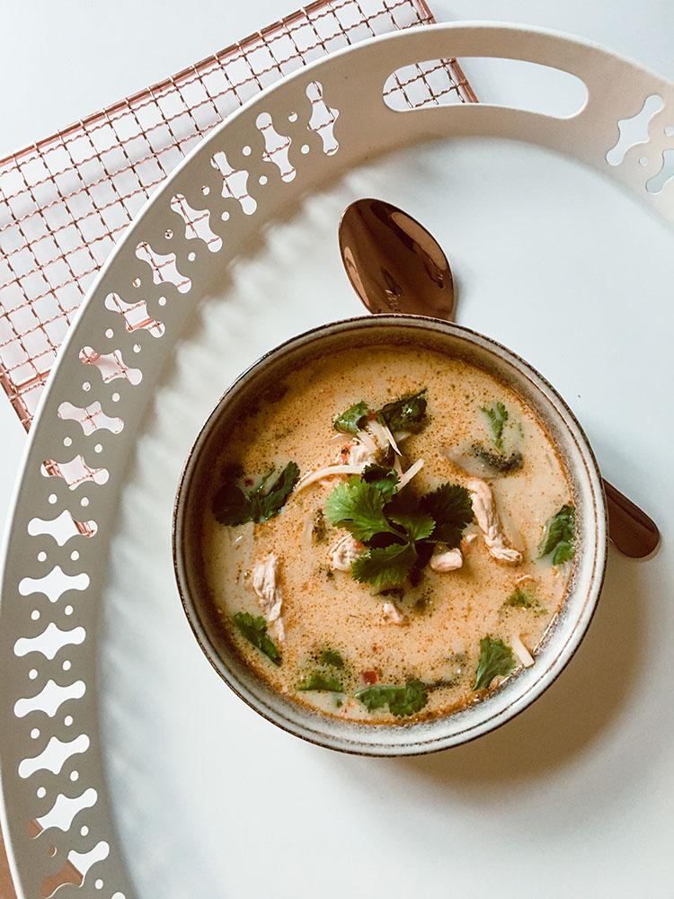 Rozgrzewająca zupa tajska z mleczkiem kokosowym, krewetkami i kurczakiem, świeżą trawą cytrynową i aromatyczną kolendrą. 5