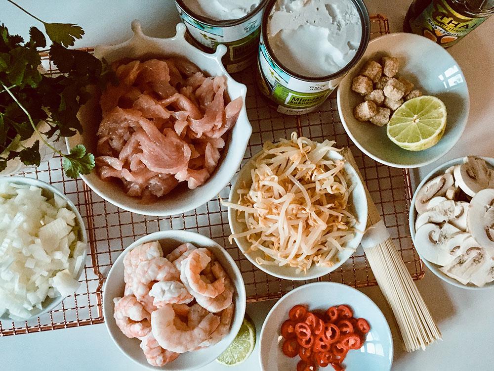 Rozgrzewająca zupa tajska z mleczkiem kokosowym, krewetkami i kurczakiem, świeżą trawą cytrynową i aromatyczną kolendrą.